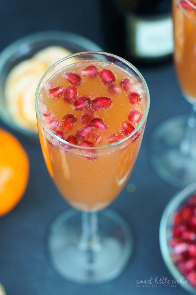 Como Hacer Mimosas con Mandarina y Granada ~ ¡Una simple mezcla de jugo de mandarina, jugo de granada y champán hace una deliciosa bebida burbujeante y festiva perfecta para la víspera de Año Nuevo!